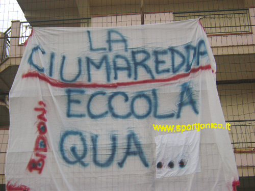 Uno striscione dei tifosi del Ciumaredda.